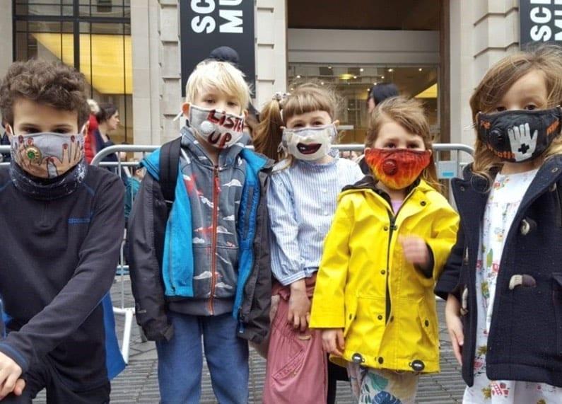 Группа Massive Attack сделала дизайн защитных масок для забастовки в Лондонском музее науки