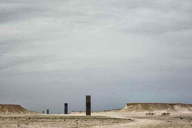 Туристы испортили монументальную работу Ричарда Серра в пустыне Катара