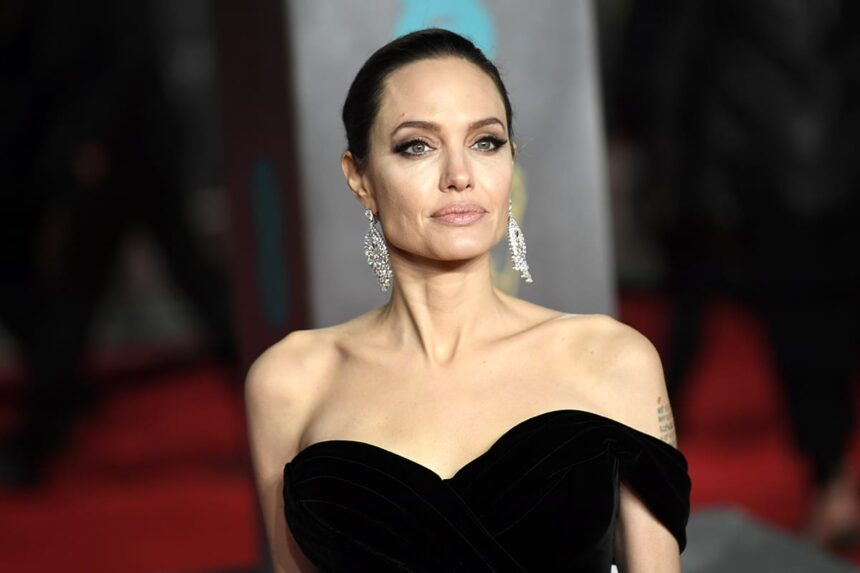 Анджелина Джоли снимет байопик овоенном фотокорреспонденте Доне Маккаллине