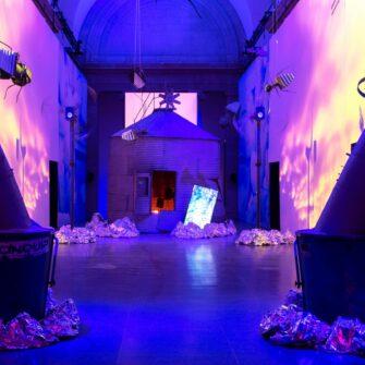 Инсталляция Хизер Филлипсон 'Rupture №1: blowtorching the bitten peach' class=