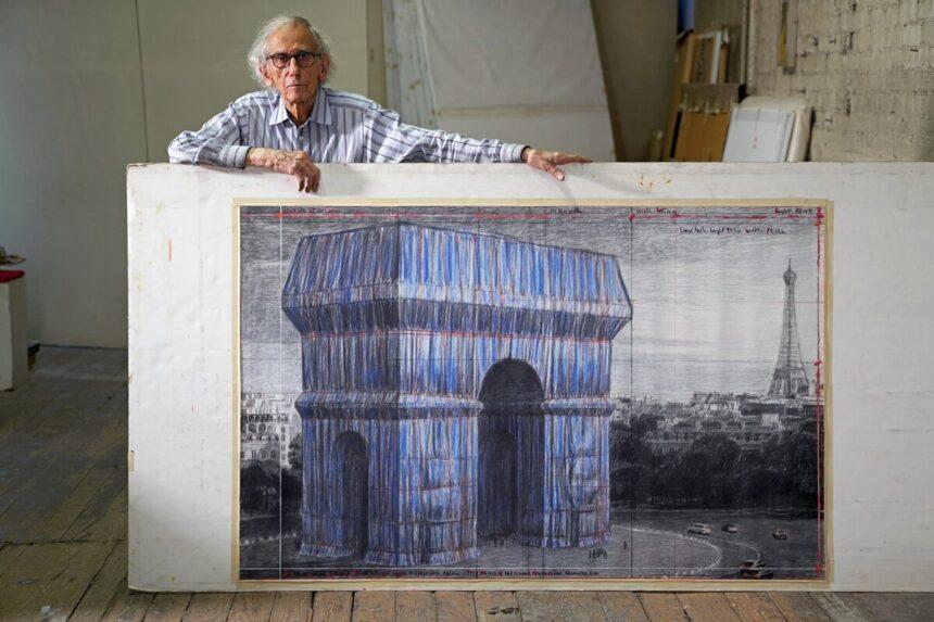 В Париже обернут Триумфальную арку тканью в рамках лэнд-арт проекта Христо и Жанны-Клод
