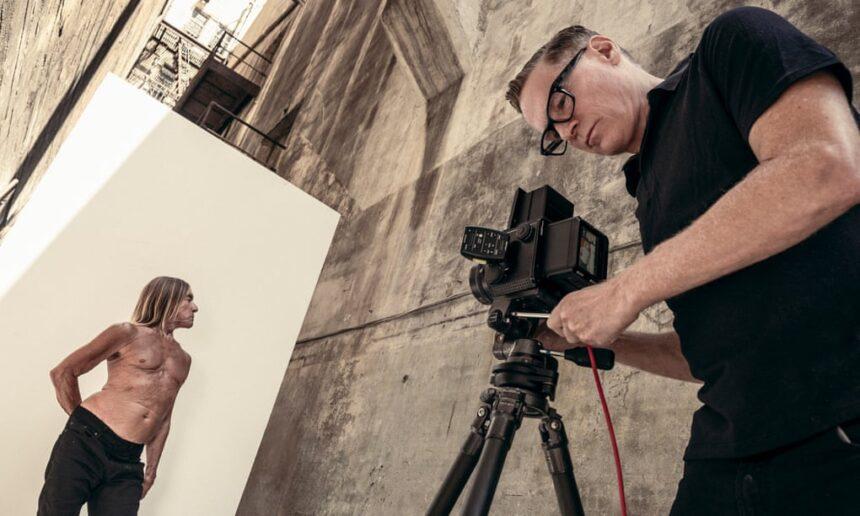 Брайан Адамс показал бэкстейдж съемок для календаря Pirelli с участием Игги Попа, Шер, Дженнифер Хадсон