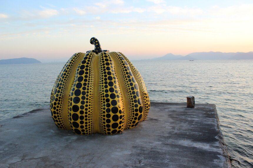 В Японии тайфун смыл в море скульптуру Яёи Кусамы